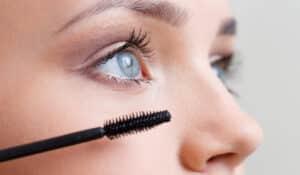 mascara appliqué sur des cils de femme