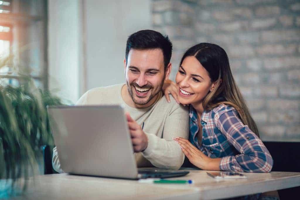 couple qui fait des économies sur internet