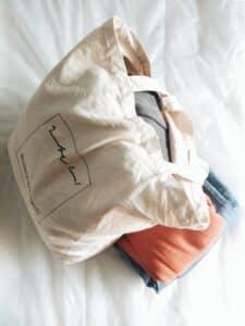sac femme blanc sur un lit